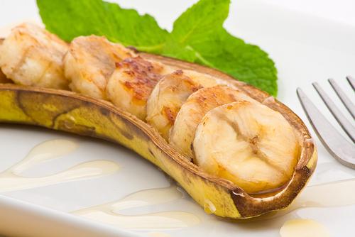Plátanos en su piel al horno