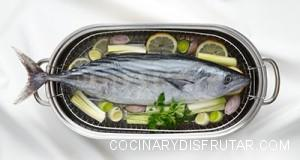 An Atlantic bonito in a cooking pot with vegetables.