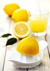 El zumo de limón facilita el ablandamiento de la carne y ayuda a que penetren bien las hierbas y las especias.