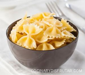 Farfalle significa mariposa en italiano. Es una pasta muy apta para salsas de queso o tomate.