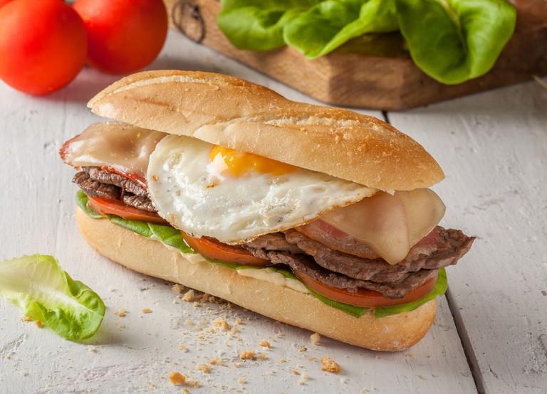 Chivito. Receta para preparar el sándwich nacional de Uruguay