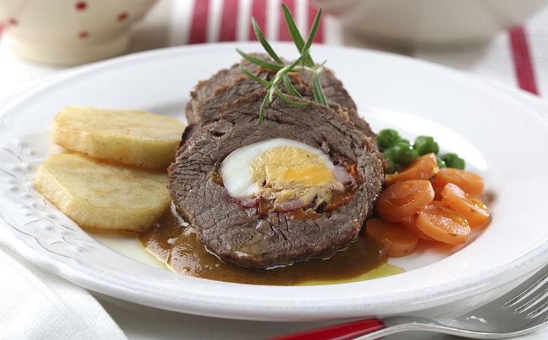 Ternera rellena de huevo duro, panceta y pimientos