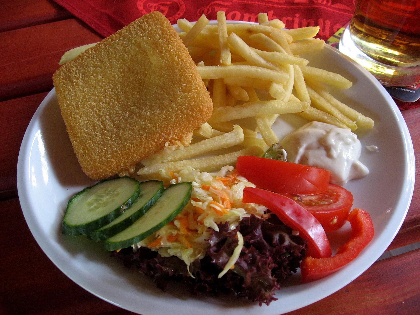 Smazeny syr con patatas y salsa tártara